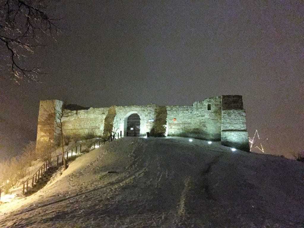 Kazimierz Dolny with kids - castle ruins by night