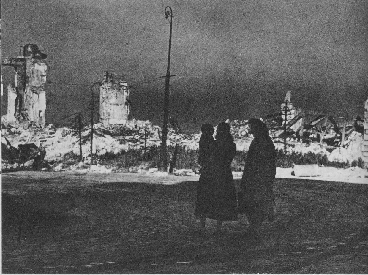 Kings_Castle_Square,_Warsaw,_1945